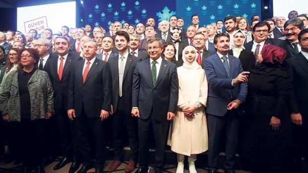 İsmail Günaçar, tanıtım toplantısı boyunca Davutoğlu'nun en yakınındaki isimlerden biri oldu.