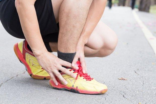 tendon yırtılması ayak bileğinde de görülür ve yürümeyi zorlaştırır.