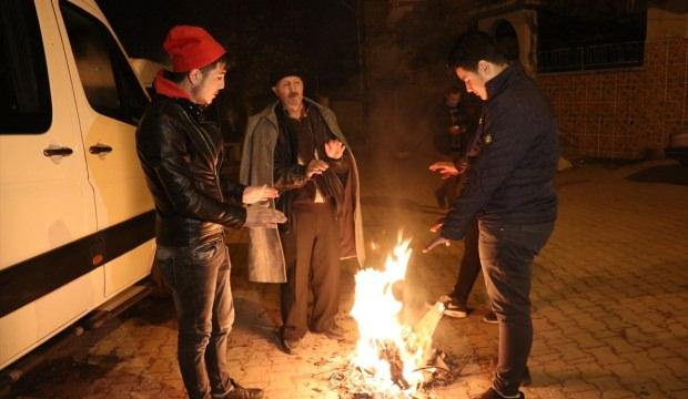 Depremin ardından vatandaşlar geceyi sokakta geçiriyor