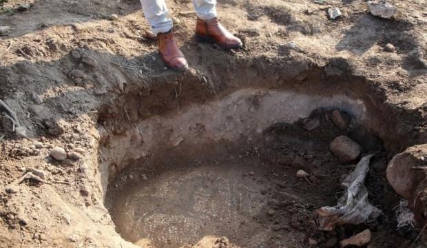 Manisa'nın Saruhanlı ilçesinde kendilerine ait tarlada buldukları M.Ö. 200'lü yıllara ait olduğu düşünülen mozaik parçasını 30 milyon dolar karşılığında satmak isteyen şahıslara yönelik operasyon düzenlendi. ile ilgili görsel sonucu