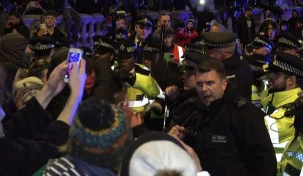 Boris Johnson'a kötü haber! Londra sokakları savaş alanına döndü