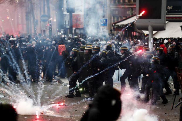Fransa'da Sarı Yelekliler ile birlikte başlayan protesto dalgasına Macron hükümetinin emeklilik reformuna yönelik başlatılan grev de eklendi. Tüm bunların yanında Paris'te toplanan çevreciler Fransa Cumhurbaşkanı'nın portresini ters tutarak istifa talebinde bulundu.