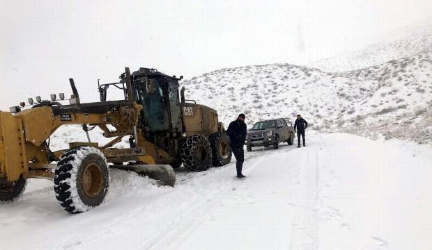 Siirt'te kar dolayısıyla kapanan yollar açılmaya çalışılıyor