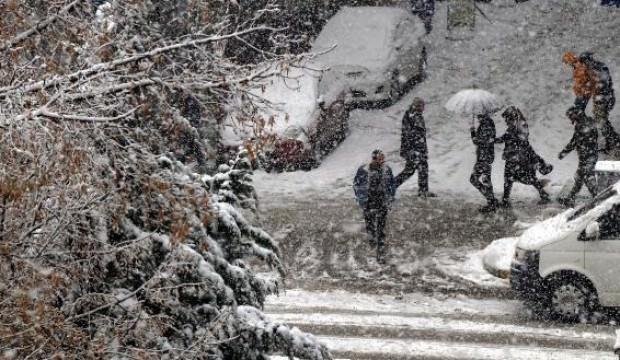 Van'da yoğun kar yağışı nedeniyle 33 köy yolu kapandı