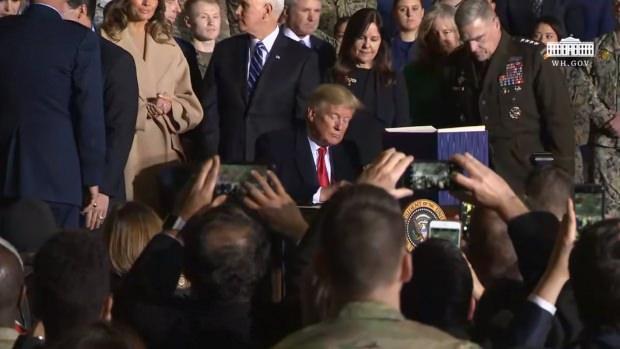 Trump tasarıyı imzalarken.....