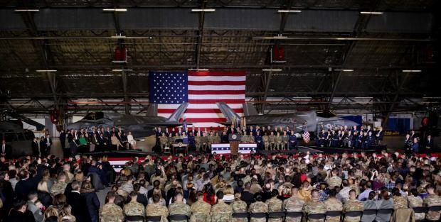 Trump açıklamasını iki F-35 savaş uçağının önünde kurulan kürsüde yaptı....