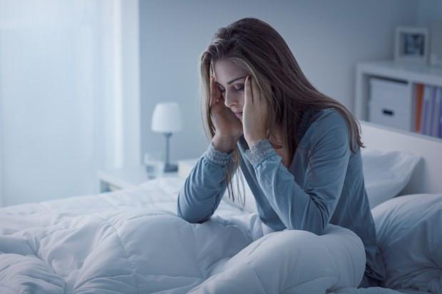 yetersiz uykusuzluk çeken bir kişi de şiddetli baş ağrısına neden olur.