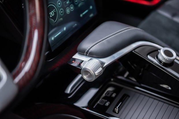 C-SUV model yerli kırmızı otomobilin iç görüntüsü