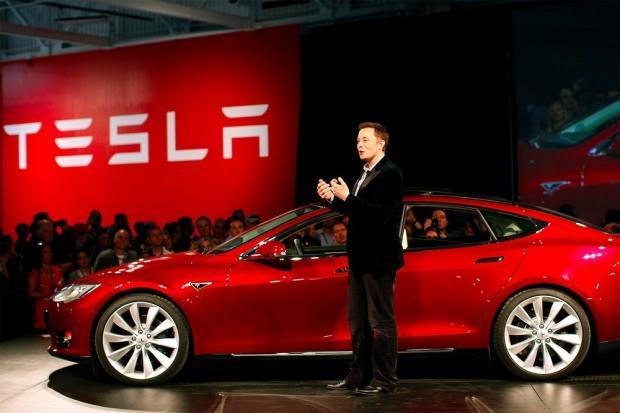 Elon Musk'ın tanıtımını yaptığı Tesla 'Model S'in görücüye çıktığı törenden bir görüntü