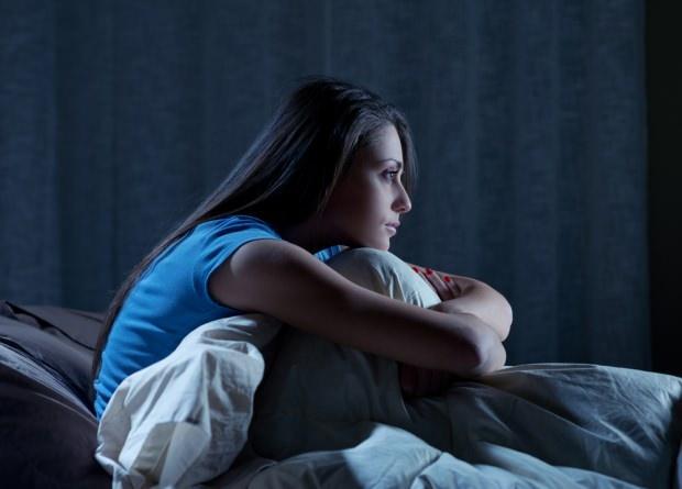 Gün içindeki aşırı yorgunluk ve stres gece uyanmalarına ve ertesi gün uykusuzluğa neden olur