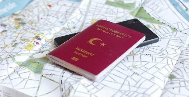 telefon pasaport kaydı nasıl yapılır- 1 Haziran 2019 itibariyle IMEI kaydı yapılan telefonlar, sadece pasaport sahibinin adına kayıtlı olan hatlarla çalışabilecek. Yasaya göre, yolcu beraberinde getirilen cihazların kayıt işlemi için pasaport sahibi olan kişilerin e-devlet sitesine veya abone kayıt merkezlerinden başvurması gerekiyor. Abone kayıt merkezine şahsen başvurularda pasaportun yanı sıra telefon harcı ödendiğini gösterir belgenin aslı ile başvuruda bulunulması isteniyor. Yurt dışından gelen telefon kapandı nasıl açılır, adım adım yurt dışı telefon kaydı nasıl yapılır: •Yurt dışı telefon kayıt harcı 1,500 TL'yi(2020'DE 1813 tl) • E-devlet üzerinden kayıt •E-Devlet yoksa Abone kayıt merkezinden kayıt
