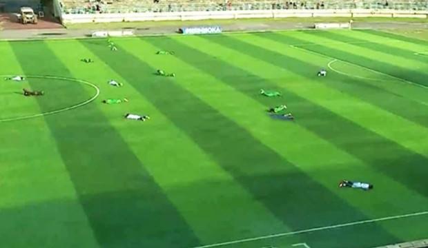 Futbolcular bir anda yere yığıldı!