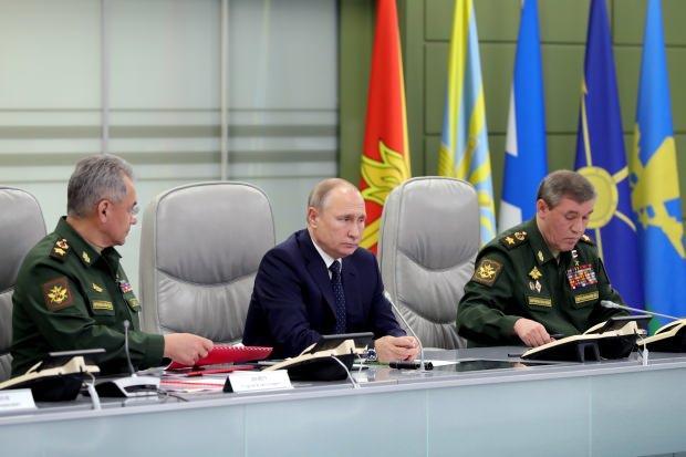 Rusya lideri Putin, Savunma Bakanı Şoygu (solda) ve Genelkurmay Başkanı Gerasimov (sağda)...