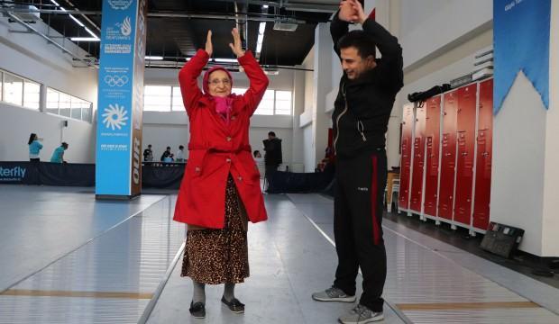 Tam 87 yaşında! Engelli torunu için her gün bunu yapıyor