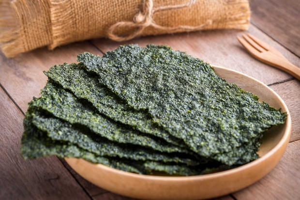 Uzakdoğu ülkelerinde yosun toplanır böyle kurutularak yemeklere eklenir. Ya da yemeklerin yanında garnitür olarak tüketilir.
