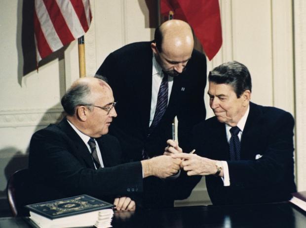 Ronald Reagan (sağda) Mihail Gorbaçov (solda)