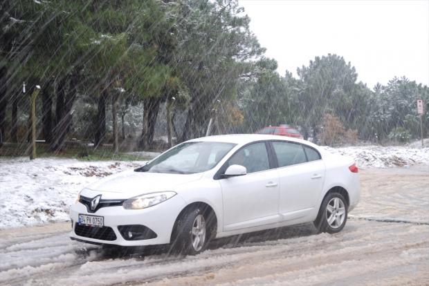 İstanbul'un yüksek kesimlerinde kar etkili oluyor.