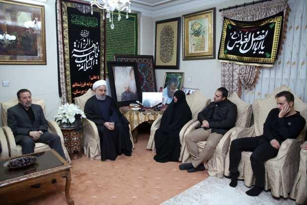 İran Cumhurbaşkanı Hasan Ruhani (sol 2), ABD'nin Bağdat Havalimanı'na düzenlediği saldırıda öldürülen İranlı General Kasım Süleymani'nin Tahran'daki evine taziye ziyaretinde bulundu.