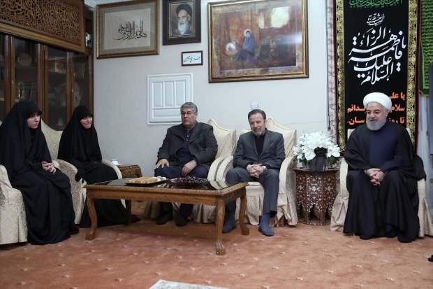 İran Cumhurbaşkanı Hasan Ruhani (sağda), ABD'nin Bağdat Havalimanı'na düzenlediği saldırıda öldürülen İranlı General Kasım Süleymani'nin Tahran'daki evine taziye ziyaretinde bulundu.