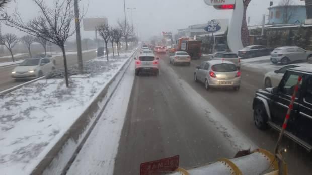 Ankara'da yoğun kar yağışı sürücülere zor anlar yaşattı.