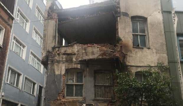 Beyoğlu'nda iki katlı metruk bina çökme