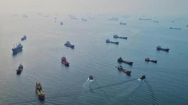 İstanbul Boğaz'ından geçiş için bekleyen gemiler