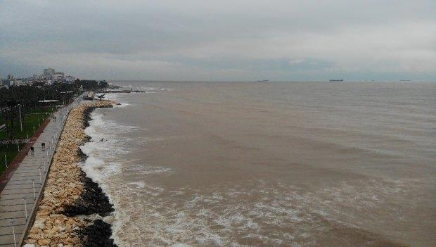 Mersin'de dün sabah saatlerinden itibaren etkili olan ve aralıksız bugün akşama kadar devam eden sağanak yağış, kentte su baskınları gibi bir çok olumsuzluğa neden olurken, denizin rengini de kahverengiye dönüştürdü.