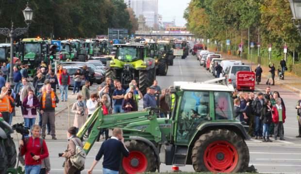 Almanya'da traktörler ile protesto! Yolları kapattılar
