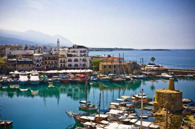 Kıbrıs'ın masmavi denizi uzayıp giden manzaraları ayaklar altına seriyor.