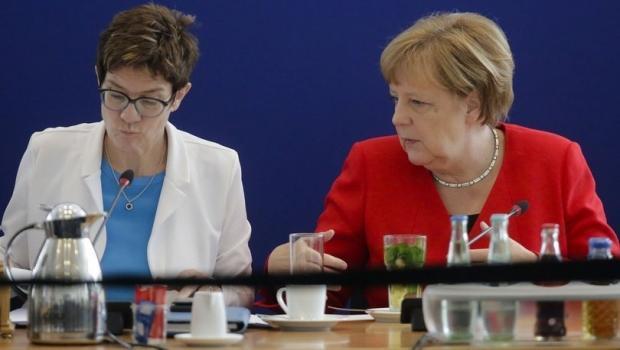 Almanya Savunma Bakanı Karrenbaue ve Merkel
