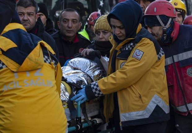 Son dakika | Elazığ'ın Mustafa Paşa Mahallesi'nde depremde yıkılan binanın enkazından bir kadın 19 saat sonra sağ çıkarıldı.
