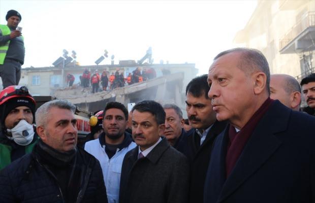 Cumhurbaşkanı Erdoğan, deprem bölgesinde vatandaşlarla sohbet etti.