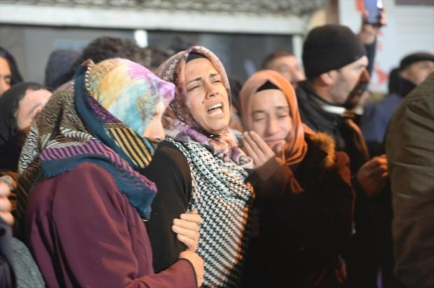 Elazığ'daki depremin ardından yıkılan binanın enkazından yardım çığlığı yükselen anne Ayşe Yıldız, 28 saat sonra kurtarıldı. Sivrice ilçesi merkezli 6,8 büyüklüğündeki depremin ardından Mustafa Paşa Mahallesi'nde yıkılan binanın enkazında çocuğu Yüsra ile birlikte mahsur kalan anne Ayşe Yıldız, arama kurtarma ekiplerinin titiz çalışmasıyla çıkarıldı. Yıldız'ın yakınları duygulu anlar yaşadı.