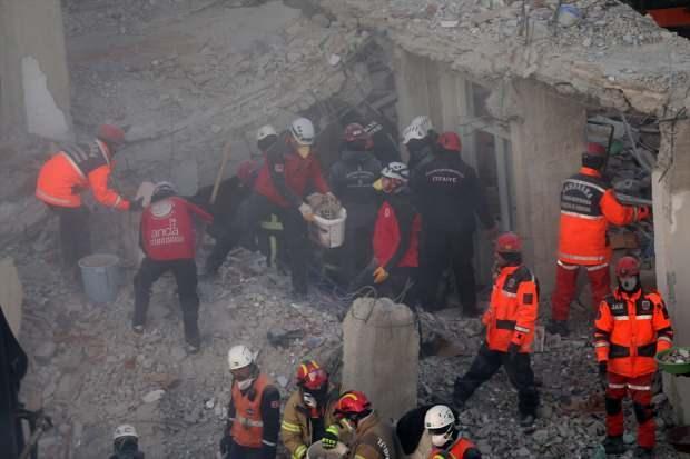 Yıkılan binalarda kurtarma çalışmalar aralıksız sürüyor...