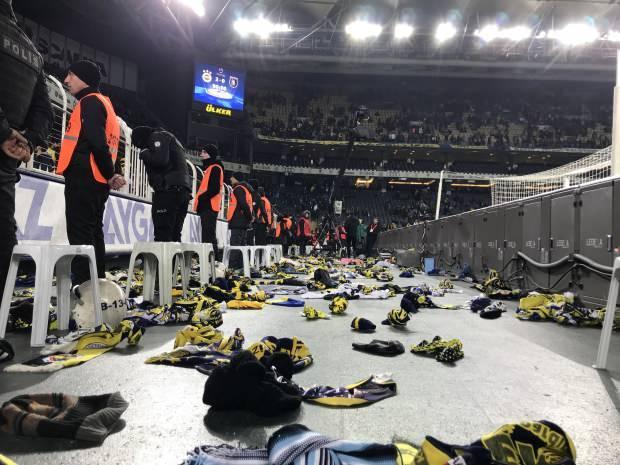 Fenerbahçe taraftarları, depremzedelere ulaştırılmak üzere sahaya atkı ve bere attı.