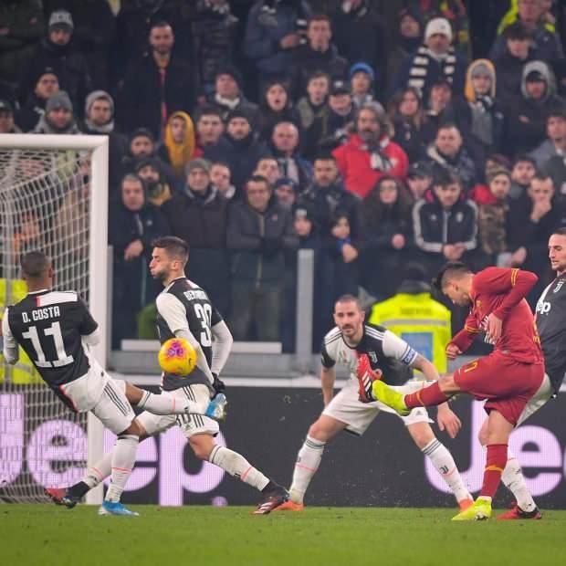 Roma'nın golünde Cengiz Ünder'in müthiş şutunda üst direğin altına vuran top yerde sekip Buffon'a çarparak ağlara gitti.