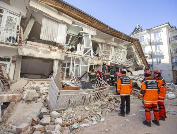 Elazığ'daki deprem sonrası çöken bir bina