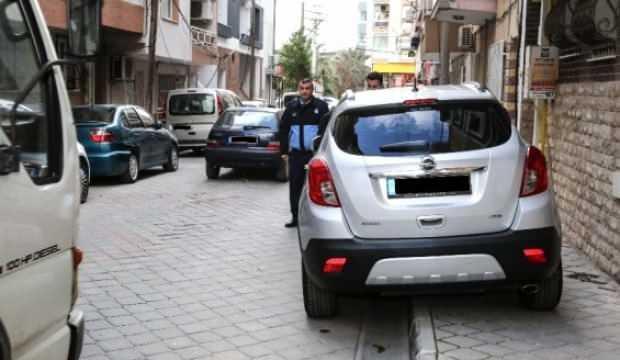 Kaldırıma park eden sürücüleri zabıta uyardı: Yayalara saygılı olun