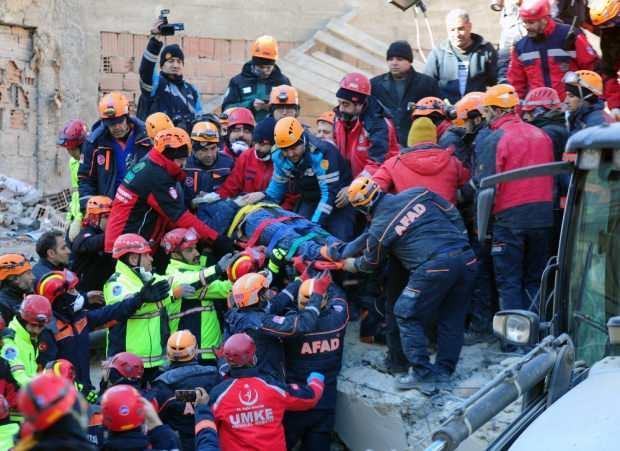 Son dakika | Elazığ'ın Sivrice ilçesinde 6,8 büyüklüğündeki depremde 15 saat sonra enkaz altından 1 kişi daha kurtarıldı.