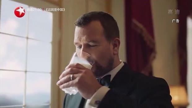 Prenses Anne'in oğlu Phillips, Çin'de bir süt reklamında rol aldı.