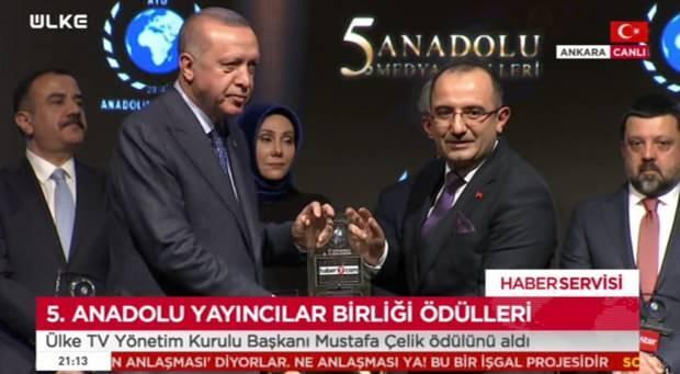 Başkan Erdoğan, Haber7.com Genel Yayın Yönetmeni Osman Ateşli'ye ödülünü takdim etti.