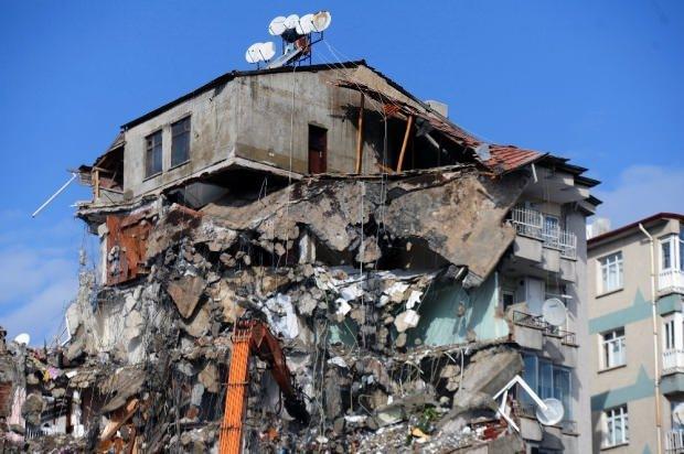Depremde ağır hasar gören binalar yıkılıyor.