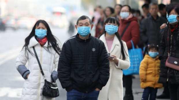 Yeni tip koronavirüs hava yoluyla bulaşıyor, ilk belirtileri yüksek ateş, boğaz ağrısı, öksürük, nefes darlığı, solunumda zorluk ve ishal şeklinde ortaya çıkıyor.İleri safhalarda, zatürre ve böbrek yetmezliğine neden olan virüs, nihayetinde ölümle sonuçlanabiliyor.