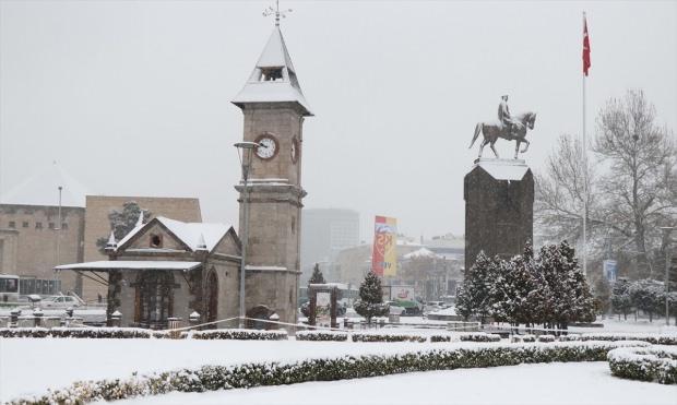 Kayseri'de sabah saatlerinde başlayan ve aralıklarla devam eden kar yağışı kenti beyaza bürüdü.
