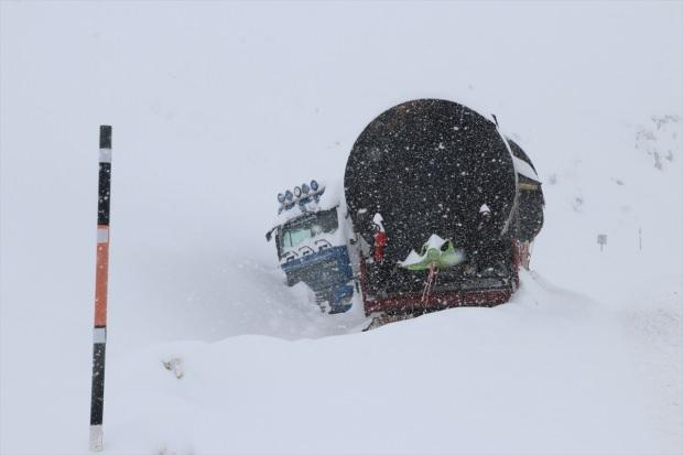 Erzincan'da etkili olan kar ve tipi, ulaşımda aksamalara yol açtı. Bazı çekici ve araçlar ise kara saplanarak yolda kaldı.