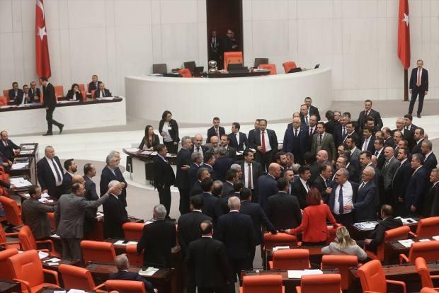 TBMM Genel Kurulunda İmar Kanunu'nda değişiklik öngören Coğrafi Bilgi Sistemleri Kanunu ile Bazı Kanunlarda Değişiklik Yapılması Hakkında Kanun Teklifi'nin görüşmeleri devam ediyor. Teklifin görüşmelerinde söz alan HDP Muş Milletvekili Mensur Işık'ın, konuşmasının bir bölümünde terör örgütü PKK'yı