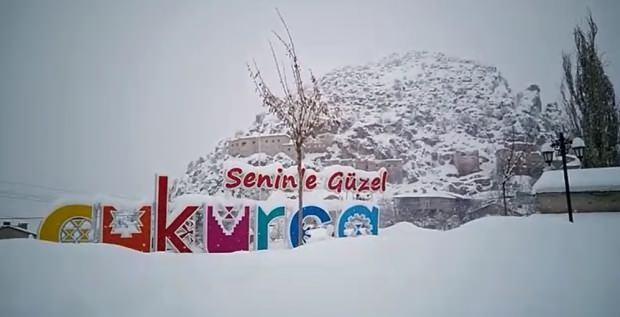 Hakkari'nin Çukurca ilçesinde etkili olan kar yağışı hayatı durma noktasına getirirken, buna en çok sevinen çocuklar ise kızakla kayarak eğlendi.