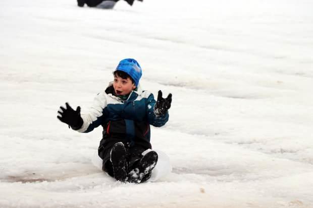 KAYSERİ'nin Talas ilçesinde kar tatilini fırsat bilen öğrenciler, tepsi, leğen, poşet ve kızaklarla parkta kayarak karın keyfini çıkardı.