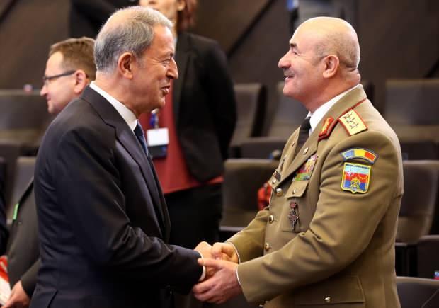 NATO üyesi 29 ülkenin savunma bakanlarını Brüksel'de bir araya getiren NATO Savunma Bakanları Toplantısı Brüksel'deki NATO Karargahı'nda başladı. Toplantıya Milli Savunma Bakanı Hulusi Akar (solda) da katıldı. Akar, katılımcılarla sohbet etti.