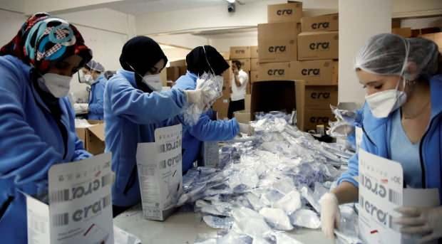 Çinli koronavirüs salgınının ardından artan yüz maskesi ihtiyacı sebebiyle Türkiye'deki firmalardan 200 milyon maske talep etti